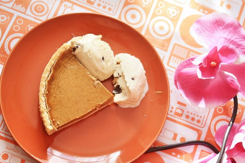 Simple Pumpkin Pie Recipe ->www.whatsupcourtney.com #recipe #pumpkinpie