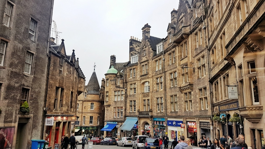 Famous street in Edinburgh Scotland, read more about the 12 alluring destinations for vegan travel www.whatsupcourtney.com #vegan #edinburgh #scotland
